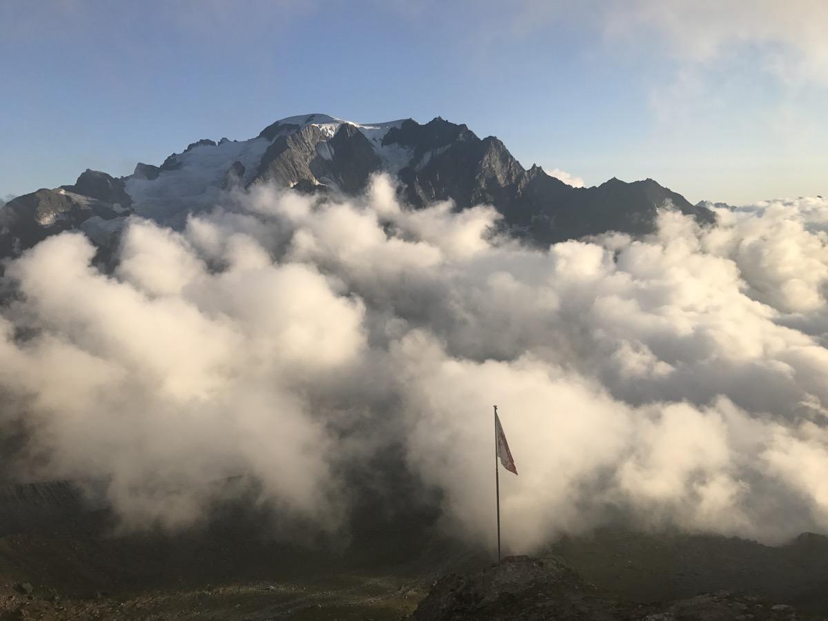 Le Mont Vélan vu de la cabane Valsorey au coucher du soleil